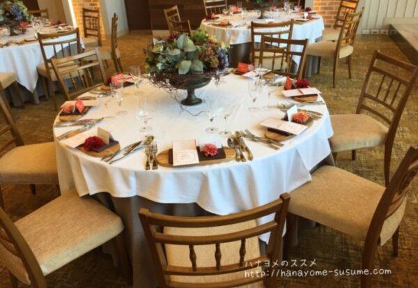 ノートルダム横浜みなとみらいの披露宴会場「THE BARN」のゲストテーブル