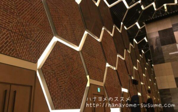 ノートルダム横浜みなとみらいのチャペル「THE WAREHOUSE」の壁面