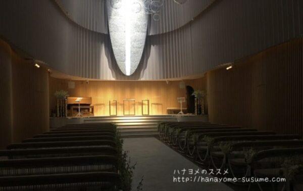 ノートルダム横浜みなとみらいのチャペル「THE OCEAN」で新郎新婦が祭壇に上がった時のイメージ