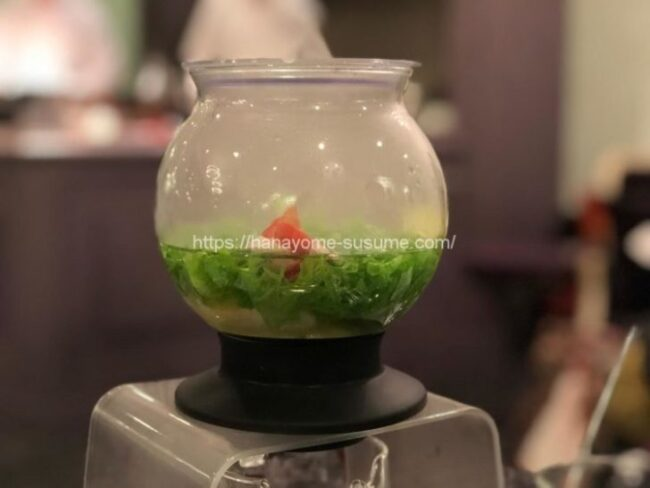ザ クラブ オブ エクセレントコーストのお魚料理「真鯛と蟹ムースのマリアージュ スープ仕立て」で出汁にハーブの香りづけをする光景
