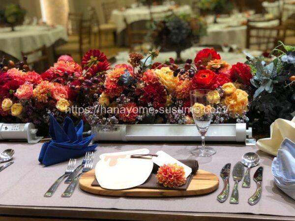 ノートルダム横浜みなとみらいの披露宴会場「THE BARN」のメインテーブル