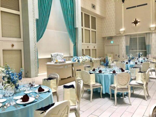 アニヴェルセルみなとみらい横浜の披露宴会場「ヴィラ・リヤド」のメインテーブルをゲストテーブルから見たイメージ