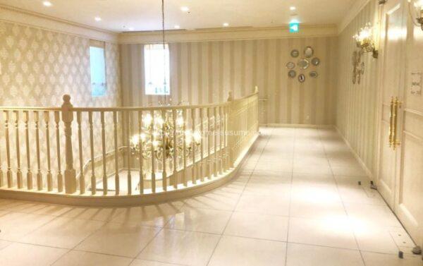 アニヴェルセルみなとみらい横浜の披露宴会場「ヴィラ・スウィート」のチャペルから披露宴会場までの移動スペース